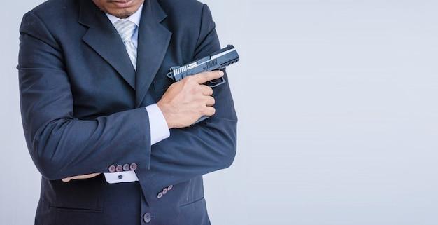 Homem, segurando uma arma