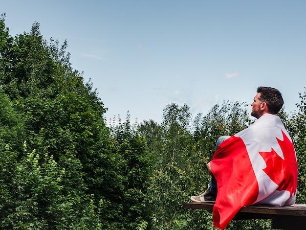 Homem segurando uma bandeira canadense. feriado nacional