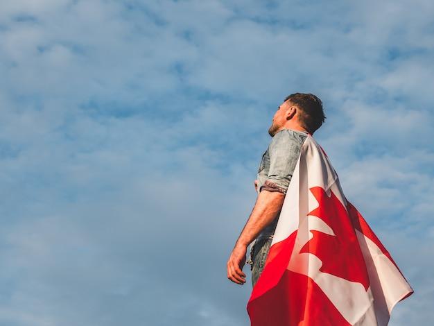 Homem segurando uma bandeira canadense