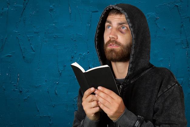 Homem segurando uma bíblia isolada