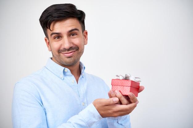 Homem segurando uma caixa de presente liitle