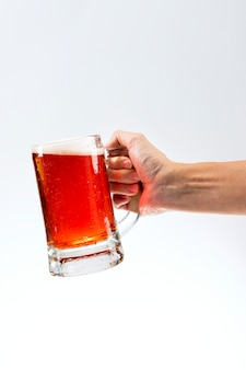 Homem segurando uma cerveja grande