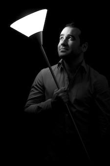 Homem segurando uma lâmpada