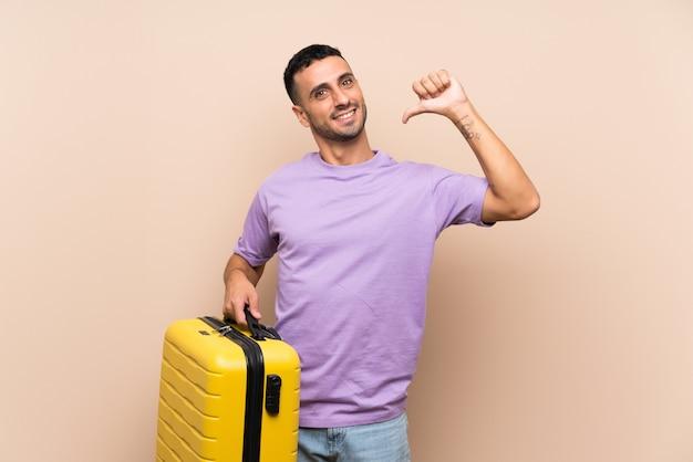 Homem segurando uma mala orgulhosa e satisfeita