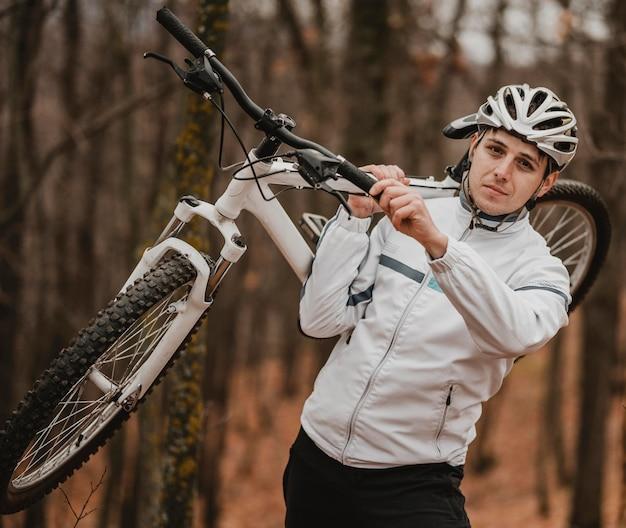 Homem segurando uma mountain bike