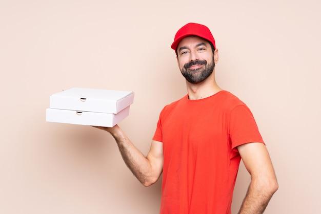 Homem segurando uma pizza