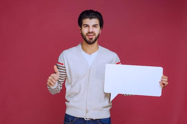 Homem segurando uma placa de ideia em branco e inventando o polegar.
