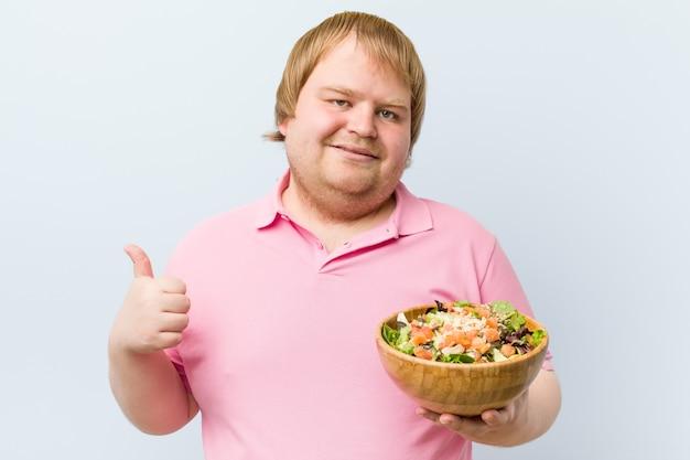Homem segurando uma tigela de salada