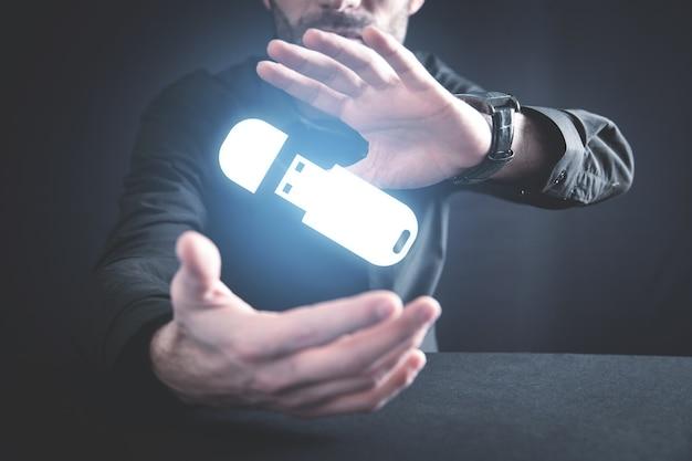 Homem segurando uma unidade flash usb.