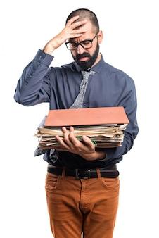 Homem segurando várias notas da faculdade