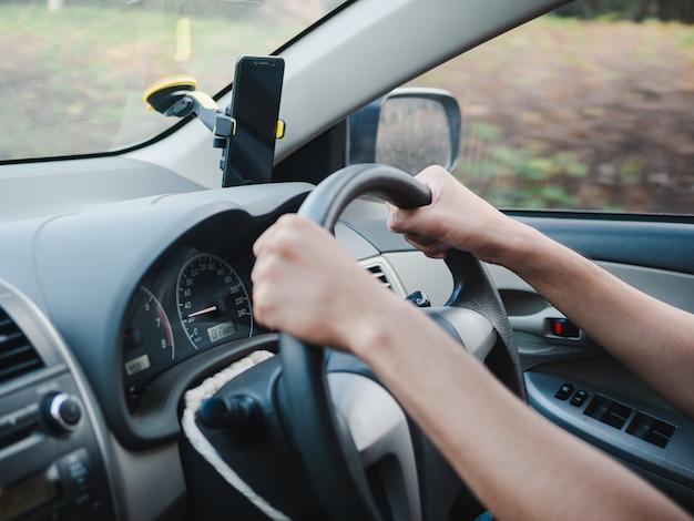 Homem, segurando, volante, dirigindo, estrada