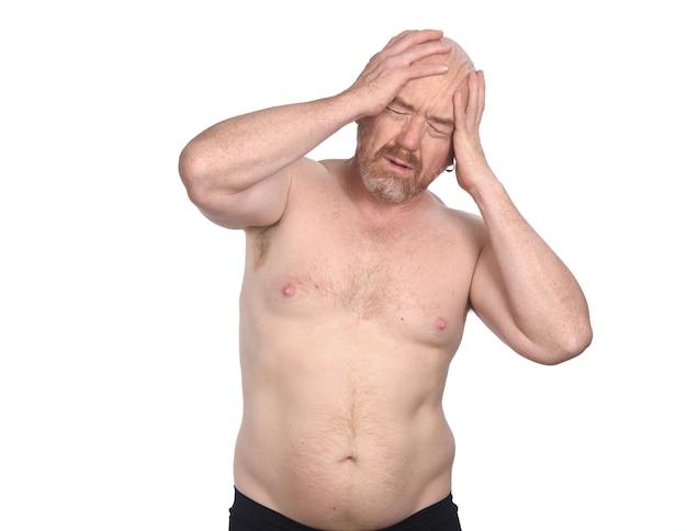 Homem sem camisa com dor de cabeça no fundo branco