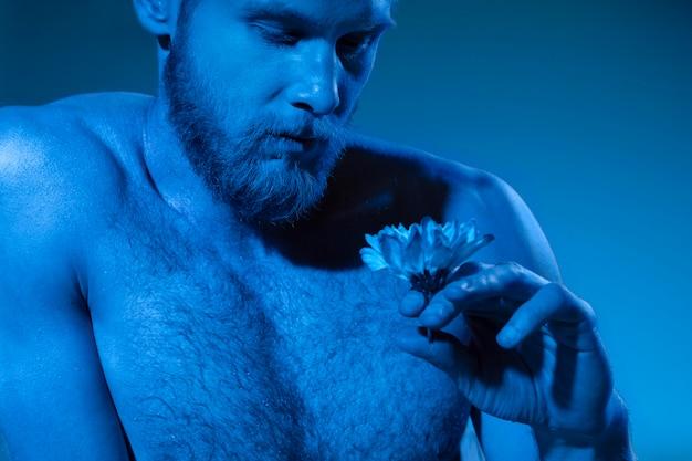 Homem sem camisa mostrando consciência sobre o câncer de próstata