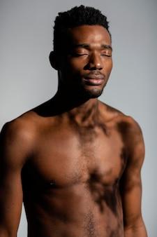 Homem sem camisa, tiro médio, posando