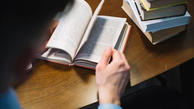 Homem sem rosto, folheando as páginas do livro