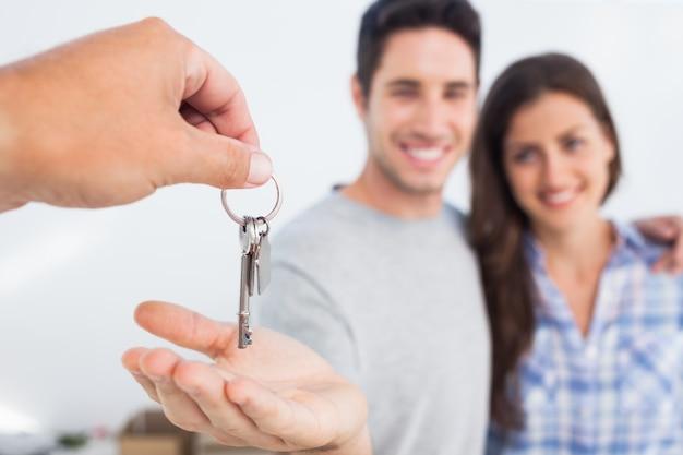 Homem sendo dado uma chave de casa