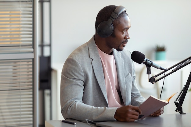 Homem sendo entrevistado em um podcast