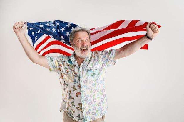 Homem sênior com a bandeira dos estados unidos da américa