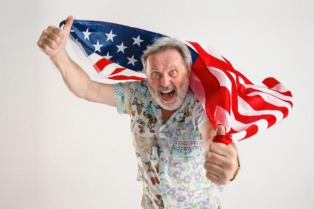 Homem sênior com a bandeira dos estados unidos da américa Foto gratuita