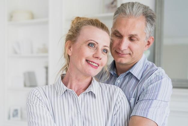 Homem sênior, com, mulher olha, afastado