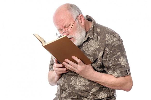 Homem sênior, com, óculos, lendo um livro