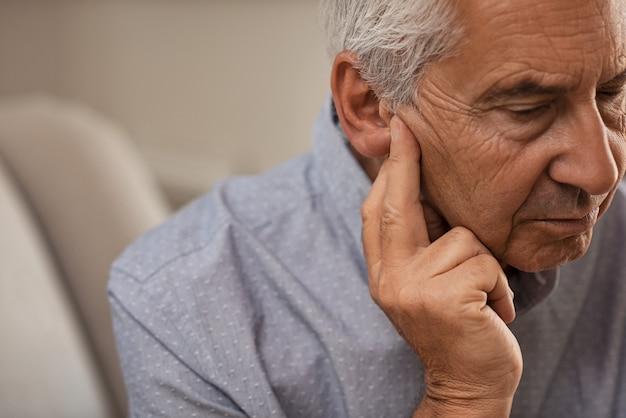 Homem sênior com problemas auditivos