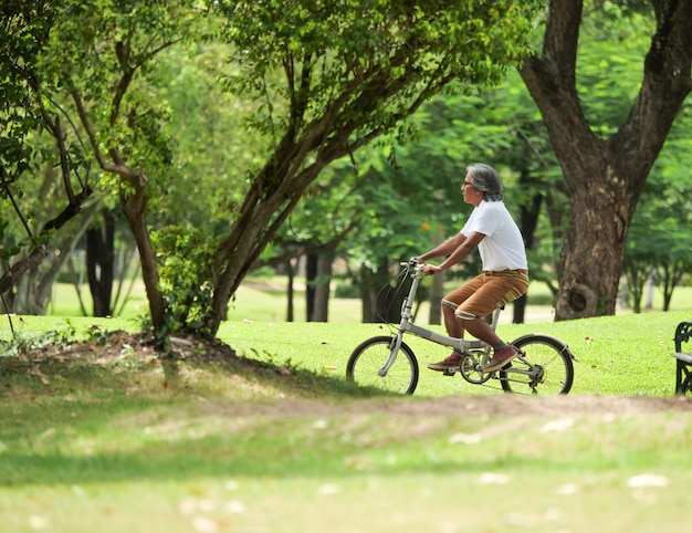 Homem sênior, cyling, em, parque
