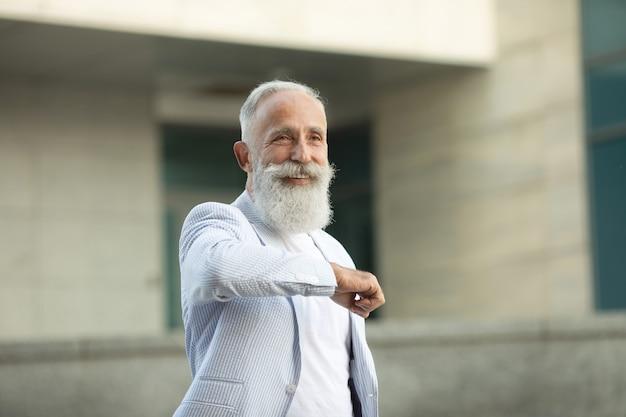 Homem sênior de barba cumprimentando com o cotovelo