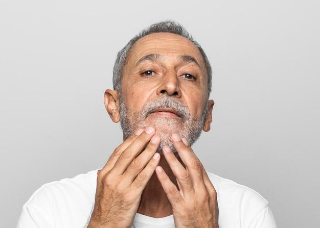 Homem sênior de close-up com cabelos grisalhos