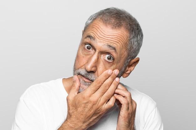 Homem sênior de close-up verificando o olho