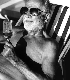 Homem sênior, desfrutando, um, vidro álcool