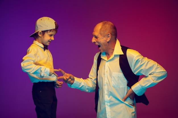Homem sênior e garotinho em fundo gradiente