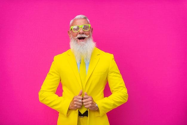Homem sênior em terno amarelo extravagante