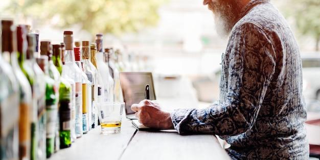 Homem sênior, escrita, trabalhando, licor, álcool, barzinhos, conceito