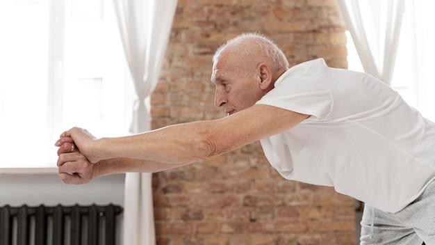 Homem sênior fazendo exercício físico