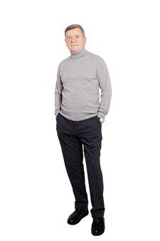 Homem sênior, homem de negócios, vestindo macacão roll neck em cinza isolado na parede branca