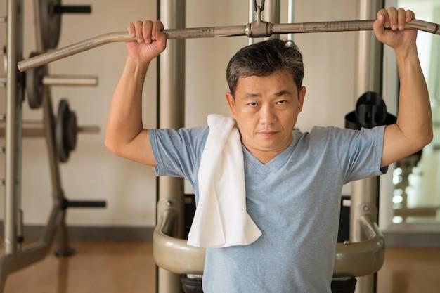 Homem sênior, levantamento de peso, levantamento de peso, exercícios, treinamento de ginástica