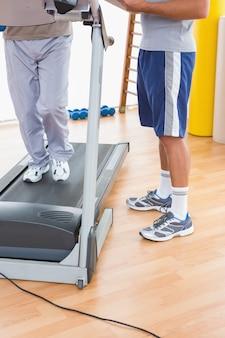Homem sênior, ligado, treadmill, com, treinador