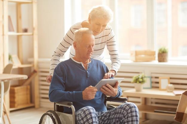 Homem sênior moderno em cadeira de rodas