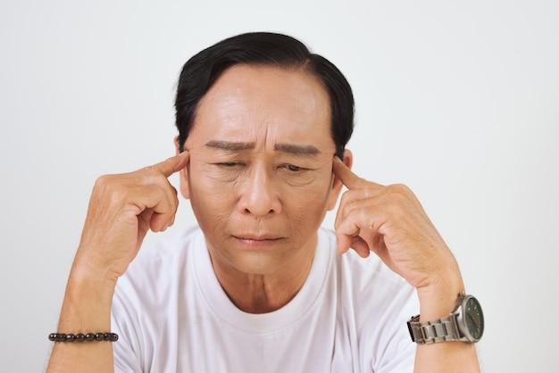 Homem sênior pensando, velhice, problema e conceito de pessoas