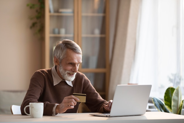 Homem sênior pronto para comprar online