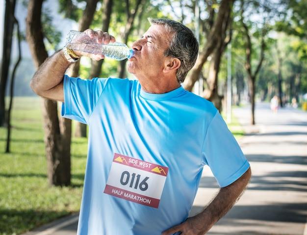 Homem sênior, refrescante, com, água