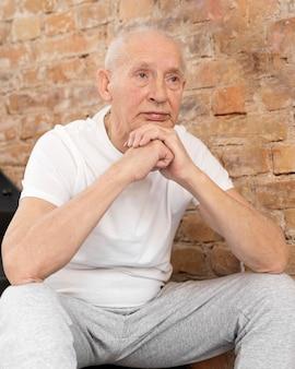 Homem sênior sentado em tiro médio