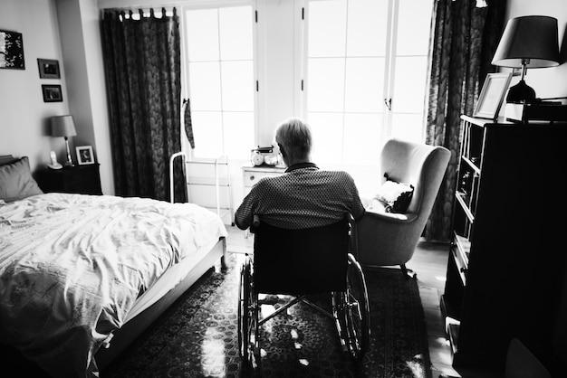 Homem sênior, sentando, ligado, a, cadeira rodas, sozinha