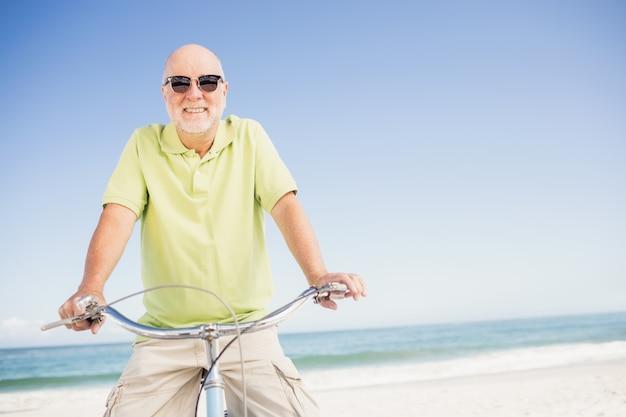 Homem senior sorridente com bicicleta