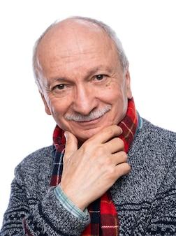 Homem sênior sorridente e positivo posando no estúdio sobre fundo branco