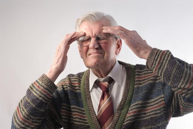 Homem sênior, tendo, um, dor de cabeça