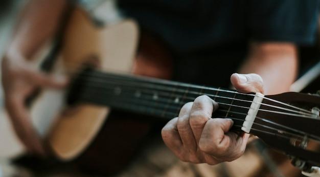 Homem sênior tocando violão