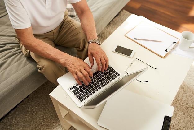 Homem sênior trabalhando em casa