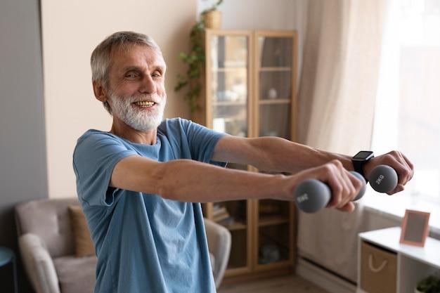 Homem sênior treinando em casa